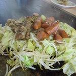 お好み焼 ぶうにゃん - ウィンナーと鶏肉の野菜炒め