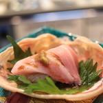 味あら井 - 松葉蟹の身と味噌、伊勢海老のたたき身と熊本大トロのせ寿司