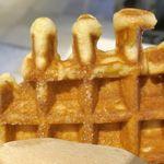 ブルーボトルコーヒー - 「リエージュワッフル」は、フィンガーフードの如く手に持って食べるワッフルで、当然ながら出来たて熱々!