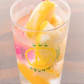 凍らせたレモンが丸ごと1個。新感覚の爽やかなサワーに注目
