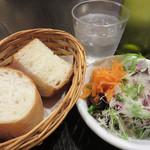 ソルエチェーロ - パンはみんな大好き『ソフトフランス』です。 サラダには、クミン風味の人参サラダが入ってました。