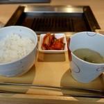 エイジング・ビーフ ワテラス - セットのご飯、スープ、キムチ