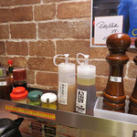 いきなりステーキ - カウンター上には、塩・コショウ・いきなりソース・醤油・タバスコ・辛子・ワサビ・ニンニクがあります。