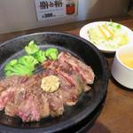 いきなりステーキ - ワイルドステーキ300g。ライス・サラダ・スープが付いて1,390円(税抜)ですが、ライス抜きで100円引き。