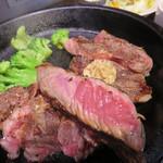 いきなりステーキ - お肉はレアに焼かれているので、鉄板の余熱で好みの焼き加減まで焼きます。