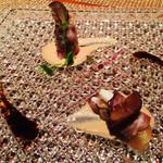 Salon du Kuma3 北新地 - 2.〜季節との出会い〜       [冷.smoked meat cheese]       自家製スモークの生ハムにチーズ・栗・無花果が巻いてある。胡桃のソースとバルサミコで頂く。