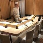 銀座 凛 にしむら - 職人の西村さん お店はカウンター6席と個室がありました