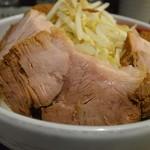 ラーメンイエロー - 丼を取り囲むガシ豚の輪
