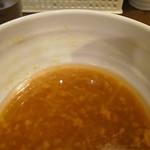ラーメンイエロー - 相当分厚い油層で覆われる豚汁