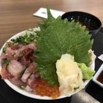 漁港めし家 牧原鮮魚店 - 漁師風ぶっかけ魚丼(大盛り)
