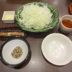 新宿さぼてん - カキフライと三元麦豚ロースかつ定食のキャベツ、漬物、ごま