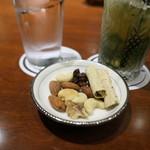 バー キュラソー - お通しのナッツ
