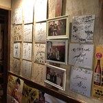 やますい - 壁一面のサイン入り色紙。誰か分からない方が多いです。