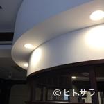 プティサパン - エレガントな店内の中心には、象徴的な丸いカウンター