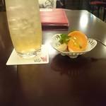 Cafe Chaton Rouge - 梅酒ソーダ割と自家製ピクルス