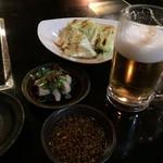 和牛屋 - 料理写真:生ビールとお通しの生キャベツ、ミノポン酢