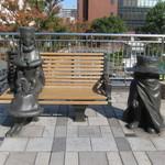 シロヤベーカリー - 小倉駅前に立つメーテルと哲郎像