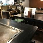 昭和や - 奥にテーブルが3卓あり、鉄板のテーブルでいただきました(2017.12.2)