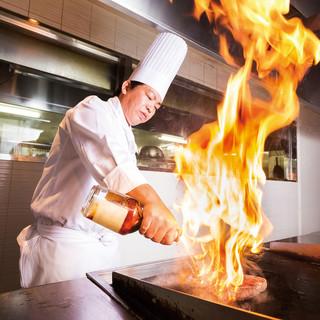 鉄板焼カウンターで焼き立てステーキ