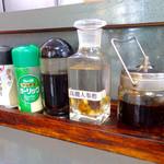 好楽 - テーブルトップアイテム。高麗人参酢が目立つ。