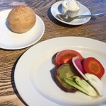 77367896 - 前菜 季節野菜のアンチョビソース                       パンとホイップクリーム