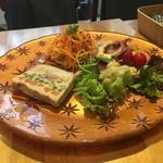 夙川桜庵 - 好きなお惣菜を選んで盛り付けしてもらえます。