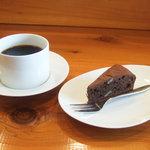 GAIA 食堂 - チョコレートケーキ(200円)と珈琲(200円)