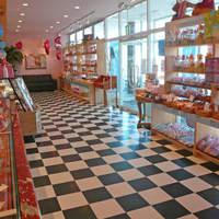 晴れの日 - 広くなった店内の様子です。モノトーンのチェッカー模様の床がトレードマークです。