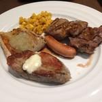77370208 - 最後の〆で戴いた「5膳目」のステーキ。今更ながら、少ない量で注文すると、焼き方も丁寧だと言うことに気づかされた。(笑´∀`)