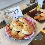 77377848 - 店内のパン