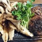牛タン酒場 SHIRUSHI - キノコ盛りの炭火焼き     ¥520