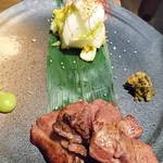牛タン酒場 SHIRUSHI - 炭火焼き牛タン     ¥980