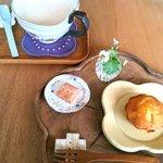 7738164 - ほうじ茶ラテ と マドレーヌ