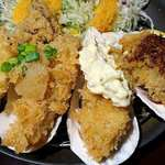 77381031 - 串亭 二子玉川柳小路店 ランチ 広島県産牡蠣フライ御膳のソース・タルタルソース・ポン酢おろしの3種のソースがトッピングされる3個のカキフライと薩摩芋とエリンギのフライ
