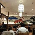 紅虎餃子房 - 中国風の絵に虎やら富士山やら飛行機やら。 色々折衷されてます←