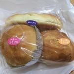 77386703 - バターフランス110円、チーズフランス110円、レーズンパン90円