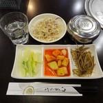 新村 シンチョン - ランチ:定食(おかず3種+サラダ+ご飯)