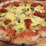 ガラージュ - サバのスモークとセミドライトマトのピッツァ1,100円。