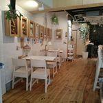 デリ カフェ マイス - 白いタイルの壁と白木に囲まれた1F