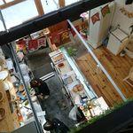 デリ カフェ マイス - 2Fから見おろした吹き抜けの1F入口とキッチン