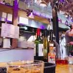 キッチン ロッキーズ - カウンター越しに見えるキッチンが楽しい!