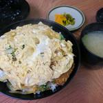 いち一 - 料理写真:「カツ丼」(680円)。お味噌汁とお漬物付き。
