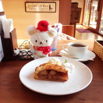 フェリーチェ カフェ - アップルパイ、アメリカーノ。選べるソース無しにしてます。パイ温かく生クリーム、アイスクリーム付き。