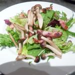 臥薪 炉 - カリカリベーコンとシメジとアボガドのグリーンサラダ