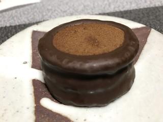 六花亭 - ラム酒のマロンクリームをココアビスケットで挟み、チョコが掛けてあるメーチャ美味しいお菓子です(2017.12.2)