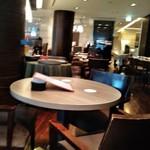 ヴィラッツァ - [内観] 店内 テーブル席から会計カウンター方面を見る。