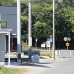 三日月庵 - 電柱につけてある小さな看板を曲がり、道は狭いですが直進で到着