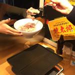 めちゃうまホルモン焼太郎 - ″ホルモンすくい¥300″の瞬間。 慣れるとタップリすくえます。