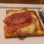 オスロ コーヒー 横浜ザ・ダイヤモンド店 - ハム&デンマークチーズのワッフルサンド(内容)