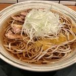 Enzou - 冷たい肉そば             冷たく澄んだつゆ。一人前のお蕎麦はかなりボリューミーでした。